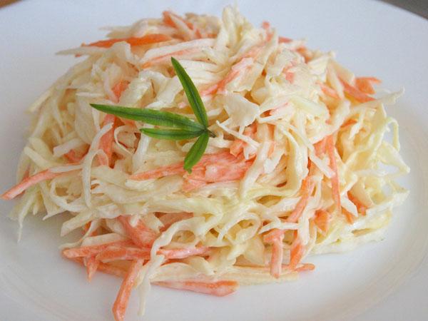 Салат с морковью и капустой со сметаной