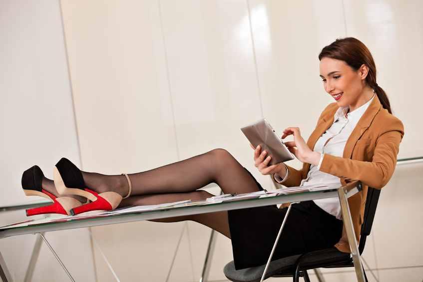 под столом в офисе фото