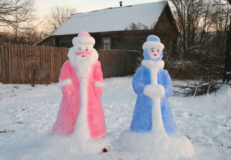 Фигура деда мороза из снега